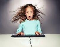 удивленная клавиатура девушки компьютера Стоковые Фотографии RF