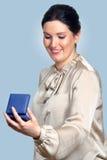 Удивленная коробка подарка владением женщины в руках Стоковая Фотография