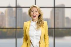 Удивленная молодая счастливая бизнес-леди Стоковое Изображение