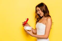 Удивленная подарочная коробка отверстия девушки на день ` s валентинки Стоковые Изображения RF
