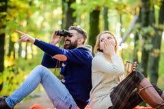 Приключение начинает прямо сейчас пары в любов ослабляют в лесе осени с чаем или кофе удивленное вино напитка девушки бородатый стоковая фотография rf