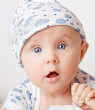 удивленное малое мати s удерживания перста ребенка стоковая фотография