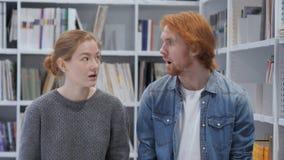 Удивленные молодой человек и женщина в ударе, взгляде камеры