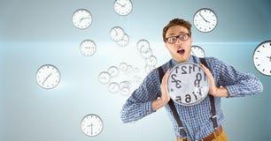Удивленный бизнесмен держа часы против предпосылки с часами Стоковая Фотография RF