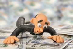 Удивленный бизнесмен лежит на деньгах Стоковое Изображение RF