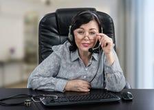 Удивленный доктор e-здоровья в шлемофоне Стоковые Изображения RF