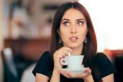 Удивленный кофе женщины выпивая в ресторане Стоковая Фотография