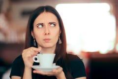Удивленный кофе женщины выпивая в ресторане Стоковые Фото
