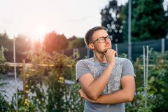 Удивленный молодой парень в парке на заходе солнца Стоковое Изображение