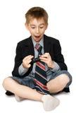 удивленный сотовый телефон мальчика стоковое изображение rf