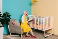 удивленный стильный беременный штырь вверх по женщине стоковое изображение rf