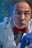 Удивленный ученый с мышью на плече стоковая фотография rf