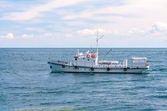 Удить корабль на поверхности воды в ясной погоде стоковое изображение rf