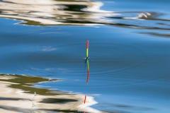 удить поплавок золотистая поверхностная вода пульсаций Отражение Стоковые Фотографии RF