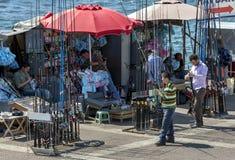 Удить ходит по магазинам на золотом рожке в Стамбуле в Турции стоковые фото