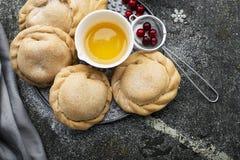 Удобная еда для целой семьи Домодельные мини пироги сделанные от свежего простого теста при сезонные служат ягоды, который стоковая фотография