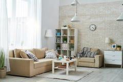 Удобная живущая комната с старомодной мебелью Стоковая Фотография RF