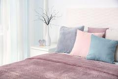Удобная кровать с подушками Стоковое фото RF