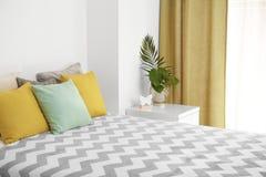 Удобная кровать с подушками Стоковое Изображение RF