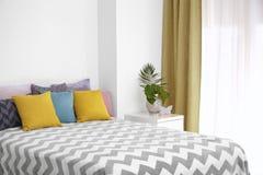 Удобная кровать с подушками Стоковое Изображение
