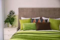 Удобная кровать с подушками Стоковые Изображения RF
