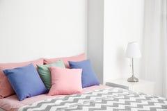 Удобная кровать с подушками Стоковое Фото