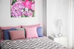 Удобная кровать с подушками Стоковая Фотография