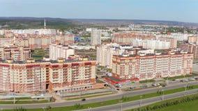 Удобное здание жилища на панораме транспортной развязки сток-видео