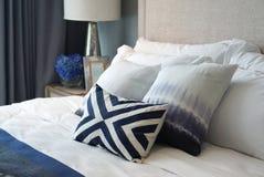 Удобные голубые валики картины и белые подушки на белизне Стоковое Фото