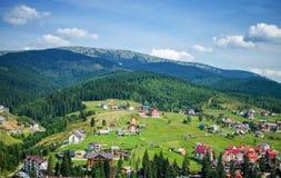 Удобные дома в прикарпатских горах Стоковые Изображения RF