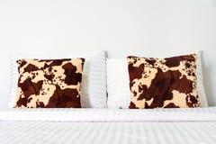 Удобные мягкие подушки на кровати Стоковые Изображения RF