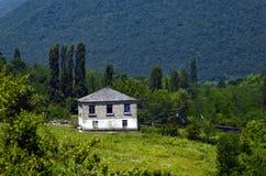 Удобный дом в горах в Abhazia стоковые фотографии rf
