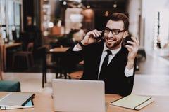 удобный офис костюм бизнесмена s говорить Телефон стоковое фото rf