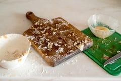 Удобренный шар после варить тесто для печений рождества с циннамоном, имбирем и сахаром На темной коричневой предпосылке взбрызни стоковые фотографии rf
