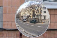 Удобство сферического зеркала на улице для водителя стоковая фотография
