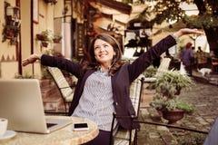 Удовлетворенная бизнес-леди на музыке перерыва на чашку кофе слушая Стоковое Фото