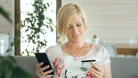 Удовлетворенная жена делает приобретение акции видеоматериалы
