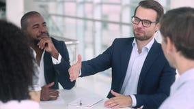 Удовлетворенная кавказская рука встряхивания ведущего переговоры Афро-американского клиента партнера акции видеоматериалы