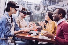 Удовлетворенные 4 друз обменивая опыт VR Стоковое Изображение RF