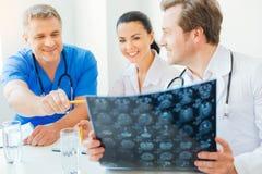Удовлетворенные радиологи говоря о диагнозе пациента Стоковое фото RF