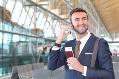 Удовлетворенный путешественник первого класса вызывая телефоном с космосом для экземпляра стоковое фото rf