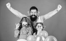Удовольствие не может ждать Счастливая семья с 2 детьми Семья отца и дочерей нося причудливые стекла Отец и стоковое фото rf