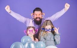 Удовольствие не может ждать Счастливая семья с 2 детьми Семья отца и дочерей нося причудливые стекла Отец и стоковое изображение