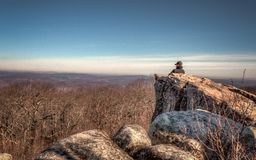 Уединение горы, высокие утесы обозревает стоковое фото rf