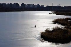 Уединенное fishernan на льде, озеро Siilent, форт BeiTong стоковая фотография