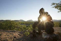 Уединенный каменный человек Kaokoland идя к сходу на мраморе Регион Kunene, Намибия низкий угол статуи которая тайна L стоковая фотография