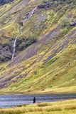 Уединённая диаграмма стоит на краю озера Achtriochtan, Glencoe, Шотландии стоковое фото