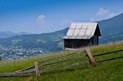 Уединённая дом na górze гор Стоковые Изображения