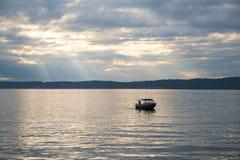 Уединённая рыбацкая лодка на звуке Puget Стоковое Изображение