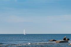 Уединённая яхта плавая океан Стоковое Изображение